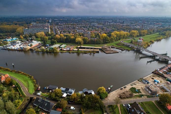 Het gebied tussen Holtenbroekerbrug (r) en Mastenbroekerbrug, met op de achtergrond de wijk Holtenbroek en op de voorgrond het Zwartewater.