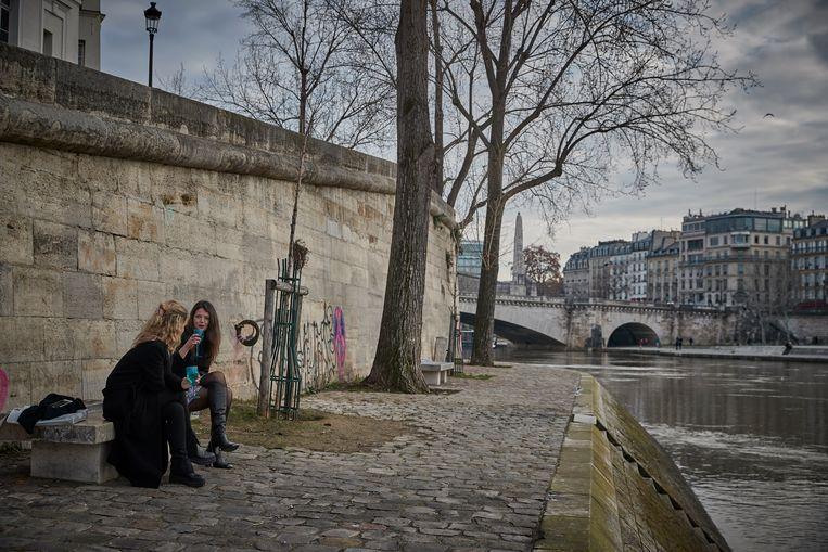 Parijzenaars drinken op het nieuwe jaar op de oever van de Seine op 1 januari 2021. Beeld Getty Images