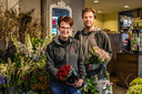 Verkoopmedewerkers bij bloemist Bonne Fleur in Hendrik-Ido-Ambacht. Bonne Fleur is een van de weinige bloemisten in de Drechtsteden met een certificaat van de Barometer Duurzame Bloemist.