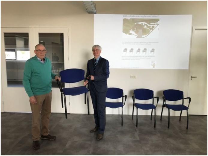 Voorzitter Berend-Jan Warmelink (links) overhandigt wethouder Ko Scheele symbolisch de eerste gesponsorde stoel voor het Historisch Museum Ommen.
