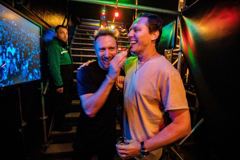 Onderonsje tussen Tiesto (rechts) en David Guetta na diens optreden tijdens het Amsterdam Musical Festival, een onderdeel van Amsterdam Dance Event (ADE) van vorig jaar. Beeld ANP