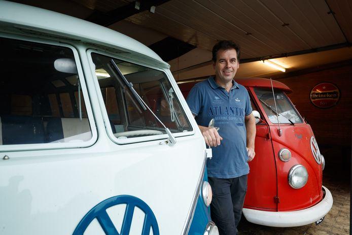 John Geleijns, voorzitter Oldtimerfestival Moerdijk, bij enkele VW-busjes.