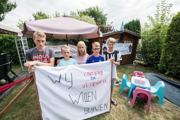 Heidi (41, midden), die als baby al op de camping kwam, met haar zoons en hun vriendjes.