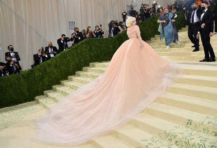 Billie Eilish et son immense robe rose poudré.