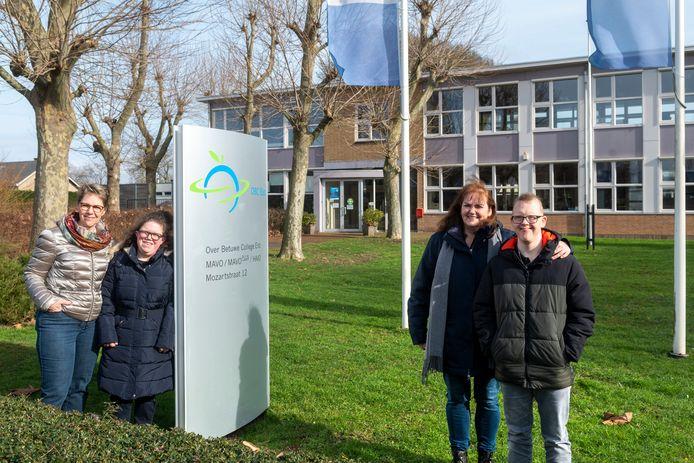 Lidy Roelofsen-Leenders met haar dochter Yasmine en Annemarie Wezendonk met zoon Kai.