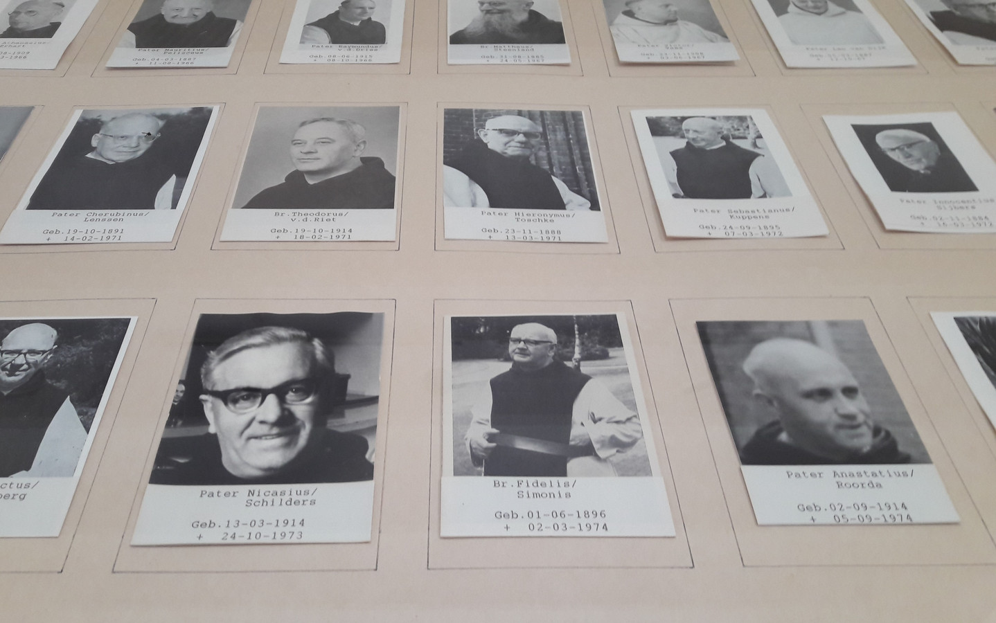 In het refectorium van de paters trappisten hangen foto's van overleden medebroeders
