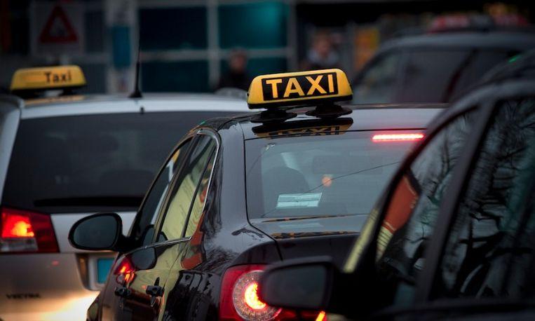 Vreselijk: taxi rijdt met opzet over vrouw heen