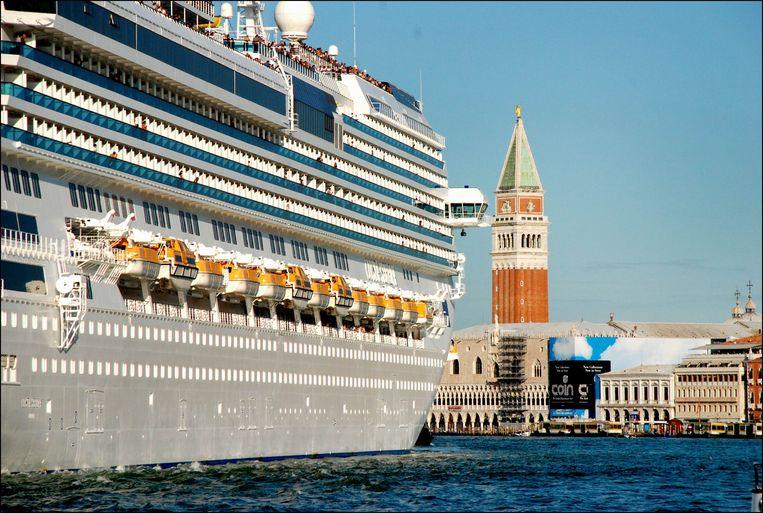 In onder andere Venetië komt er steeds meer burgerprotest tegen gigantische en vervuilende cruiseschepen in de haven. Beeld Photo News