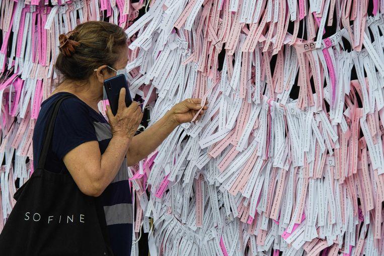 Linten met berichten voor slachtoffers van het coronavirus in New York.  Beeld AFP