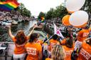 Volle bak op zowel de boten als op de kaden langs de Amsterdamse grachten tijdens de Canal Pride