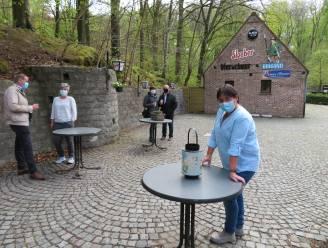 """Het Boswachtershuisje in Ruien heeft 2 terrassen en plaats voor 100 klanten. """"Iedereen mag vanaf nu de frigoboxen weer thuis laten!"""""""