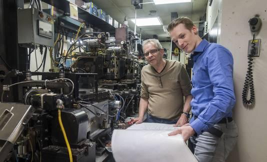Gerard Kamphuis (links) en Jeroen Germanus in, normaal gesproken, het lichtdichte deel van een film productie machine.