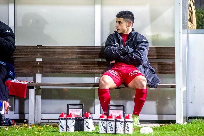 In de 82ste minuut komt een einde aan de wedstrijd van Tiago Faria da Silva. Hij wordt gewisseld en neemt plaats op de bank. Foto: Joris Knapen / Pix4Profs
