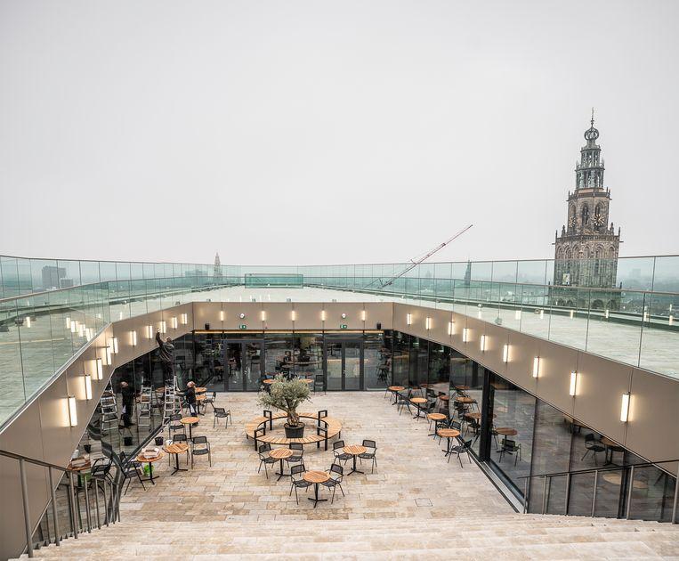 Het dakterras en de omloop, met uitzicht op de Martinitoren. Beeld Harry Cock / de Volkskrant