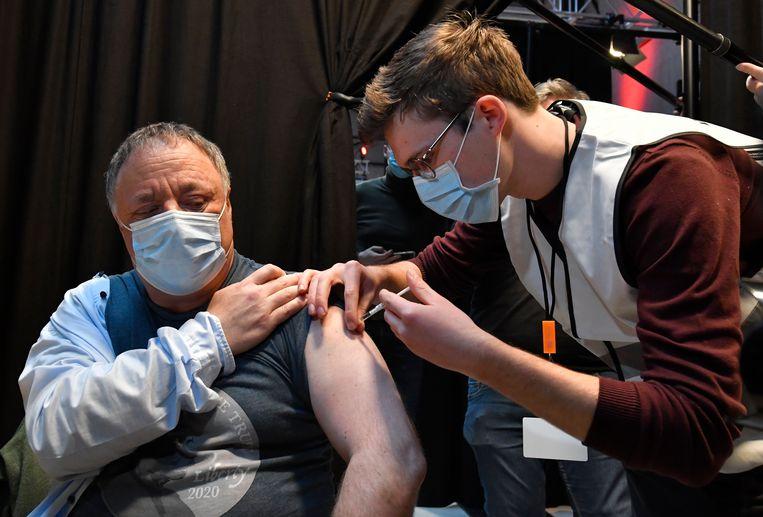 Viroloog Marc Van Ranst liet vandaag het vaccin van AstraZeneca toedienen. Beeld Photo News