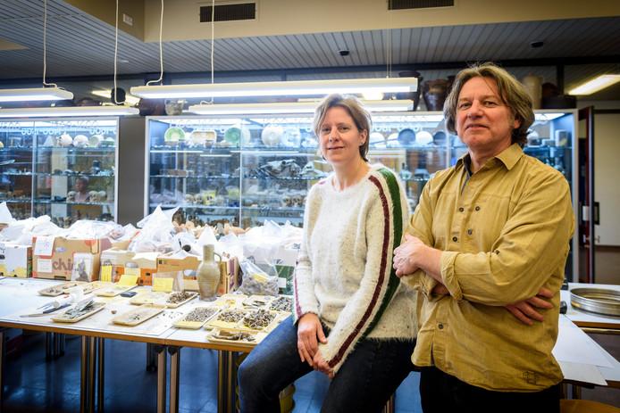 De archeologen Ria Berkvens en Theo de Jong.