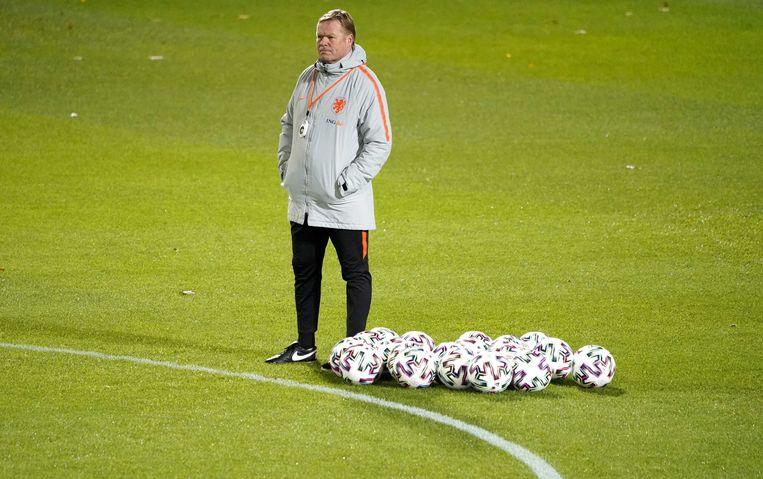 Bondscoach Ronald Koeman tijdens de training van het Nederlands elftal gisteravond. Beeld null