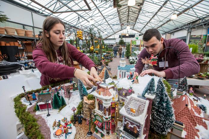 Kerstdorp bouwen in tuincentrum de Carlton