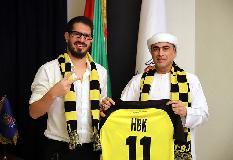 Eigenaar Moshe Hogeg (l) van voetbalclub Beitar Jeruzalem met sjeik Hamad bin Khalifa Al Nahyan na het tekenen van hun partnerovereenkomst. Beeld EPA