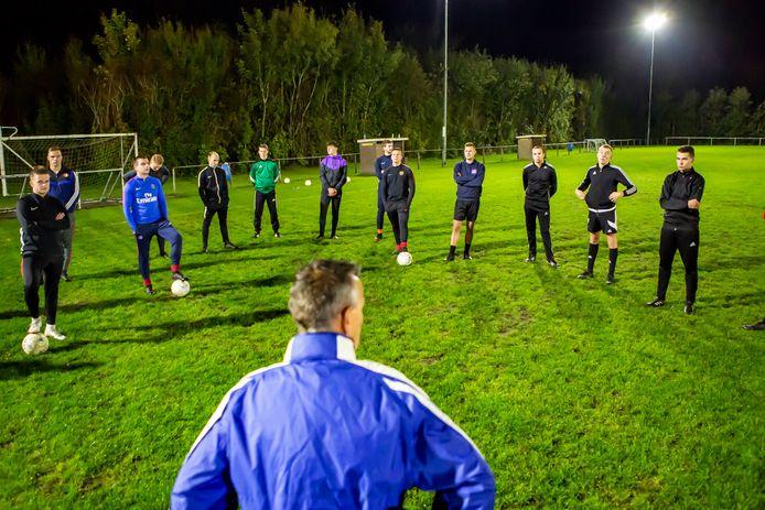 Training bij SPS met trainer Peter van Poortvliet (midden onder).