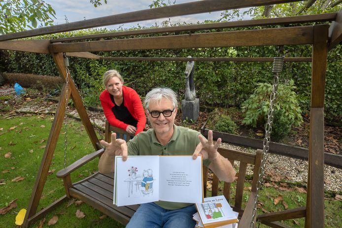 Illustrator Marianne Smit en schrijver Cees Hoogland van het voorleesboek 'Tommie en Lova het corona-bezoek'.