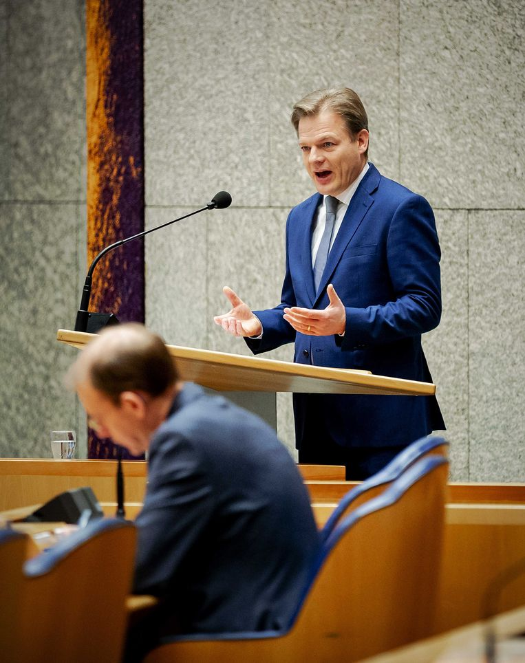 Staatssecretaris Menno Snel van financiën tijdens het debat met op de achtergrond Pieter Omtzigt (CDA) in de Tweede Kamer over het optreden van de Belastingdienst in de affaire rond kinderopvangtoeslagen.  Beeld ANP