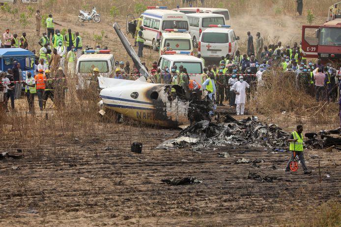 Reddingswerkers en hulpdiensten bij het wrak. Waarschijnlijk heeft geen van de inzittenden het ongeluk overleefd.