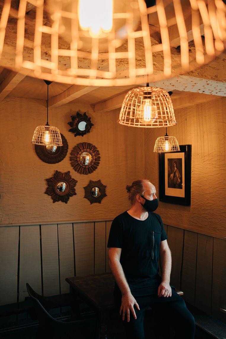 Bart van eetcafé Boerkenshof in Ninove: 'Ik verwacht dat veel zaken hun personeel gaan verliezen: die mensen gaan een andere job zoeken.' Beeld Wouter Van Vooren