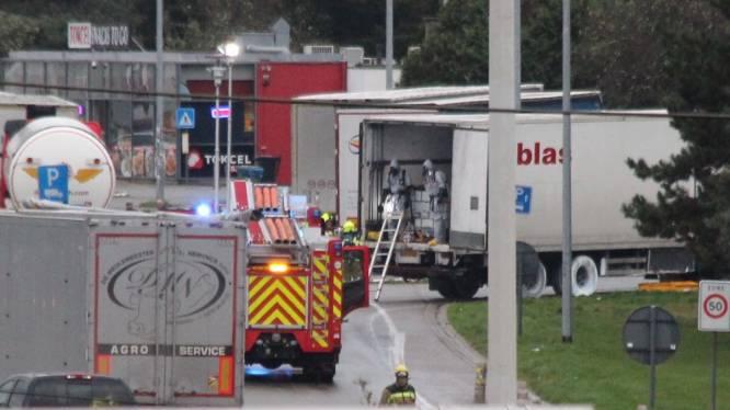 Vrachtwagen verliest chemisch product: parking E19 afgesloten