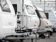 Pleidooi: Laat honderden illegaal in Betuwse kassen gestalde caravans staan zolang coronacrisis duurt