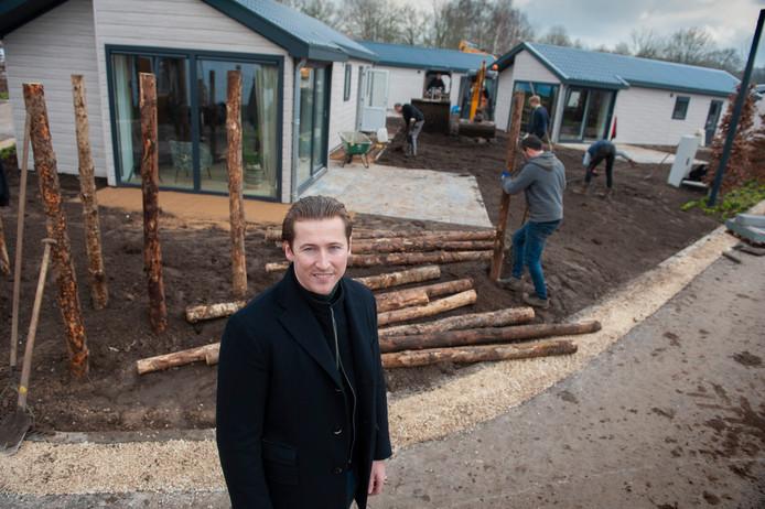 EuroParcs-directeur Wouter Vos bekijkt de nieuwe vakantiewoningen op Resort Kaatsheuvel.