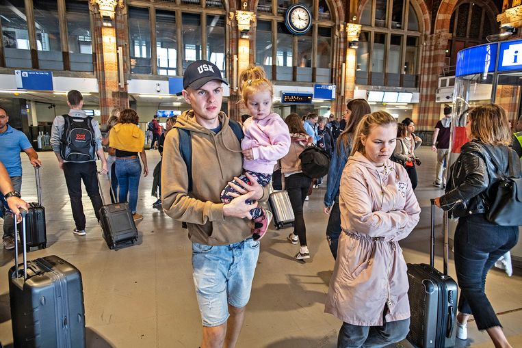 Toeristen verlaten het Centraal Station twee dagen na de steekpartij. Beeld Guus Dubbelman / de Volkskrant