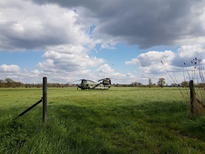 Het is bijna een idyllisch plaatje maar de Chinook is opnieuw gestrand. De luchtmacht hoopt zaterdag weer veilig te kunnen vertrekken vanaf de locatie langs de N224, tussen de Klomp en Renswoude in.