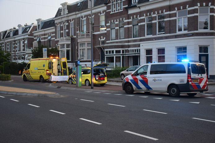 Een bestuurder van een scooter raakte maandagavond gewond bij een ongeval op de Sint Annastraat in Nijmegen. De betrokken automobilist reed door.