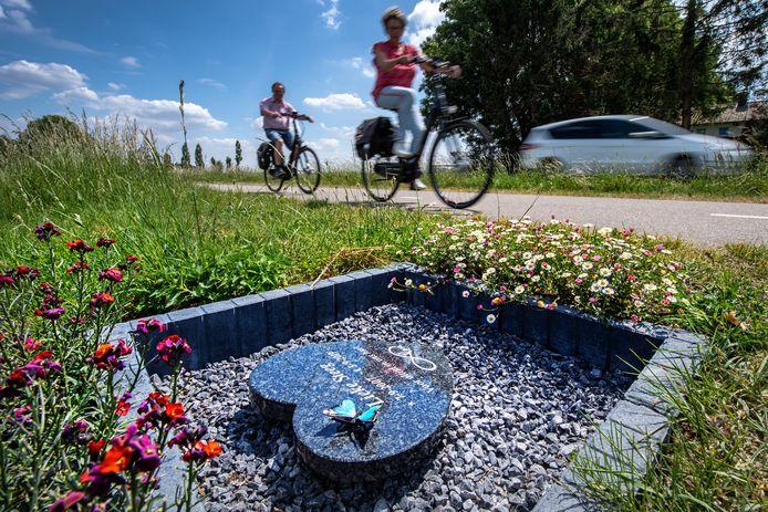 Het monumentje langs het fietspad aan de Thornsestraat tussen Leuth en Persingen waar Lieke Steeg (11) in 2019 verongelukte.