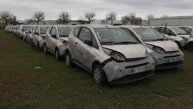 Honderden elektrische auto's staan al drie jaar weg te roesten op een Frans veld na mislukt experiment