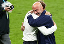 Gianluca Vialli barst in tranen uit als hij Roberto Mancini in de armen valt.