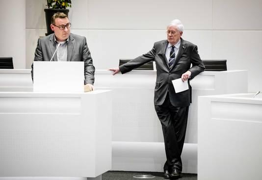 Hans Wiegel (rechts) ziet hoe Richard de Mos de raad toespreekt.