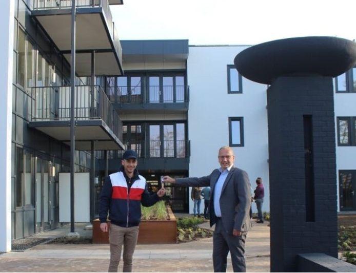 Wethouder De Kruif(rechts) overhandigt de sleutel aan de eerste huurder van Wij WitteSteyn.