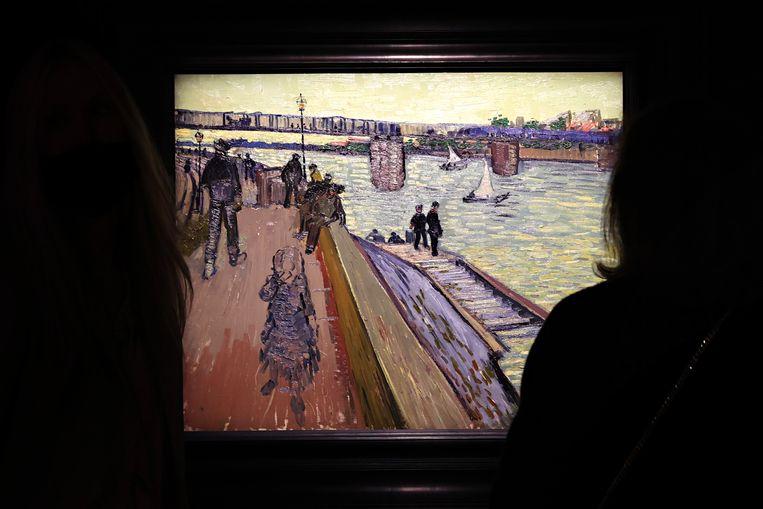 Het werk 'Le pont de Trinquetaille' door Vincent van Gogh bij veilinghuis Christie's.  Beeld Getty Images