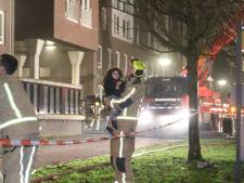 Politie praat met buurtbewoners over brand bij flat aan de Laan van Wateringse Veld