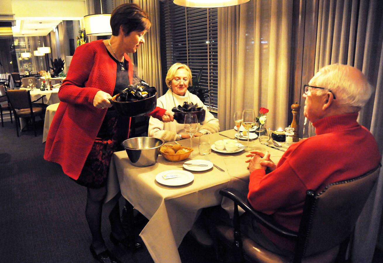 Archieffoto: Patricia de Milliano serveert mosselen aan gasten van 'haar' hotel-restaurant De Eenhoorn in Oostburg.