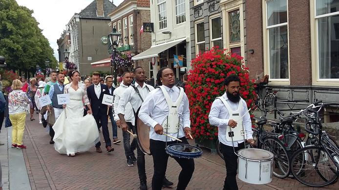 Modezaken in de stad beten het spits af met een swingende catwalk door het centrum, achter een percussiegroep aan.