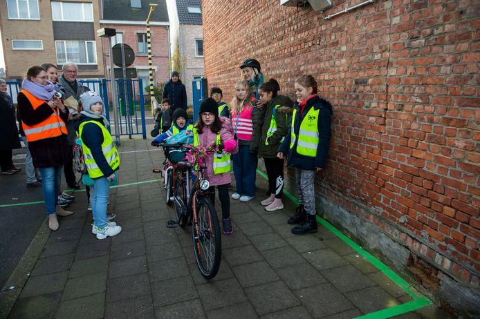De kinderen van gemeentelijke basisschool De Klim verdienen digitale munten door met de fiets naar school te komen.