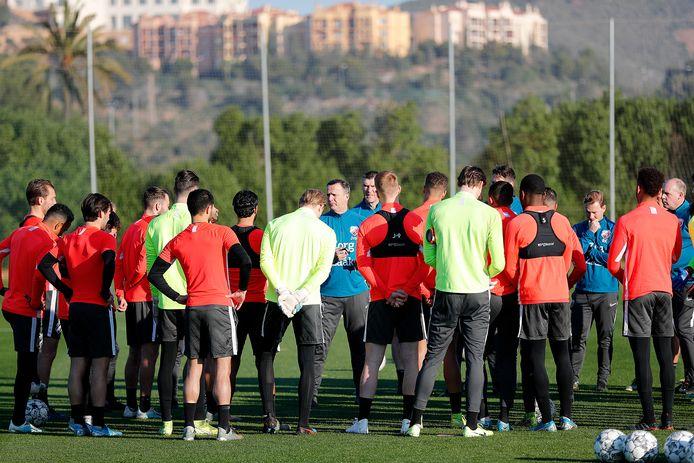 FC Utrecht in La Manga op trainingskamp. Dag 1: trainer John van den Brom spreekt zijn manschappen toe.