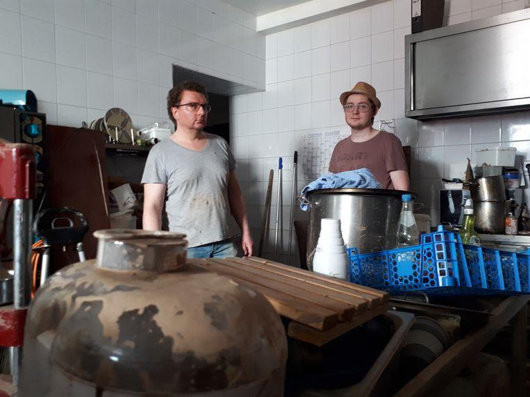 Christof Golunski (left) and Sebastian Kaminski of the Erftblick restaurant in Bad Münstereifel in their mud-stained kitchen.  Statue Lukas van der Storm