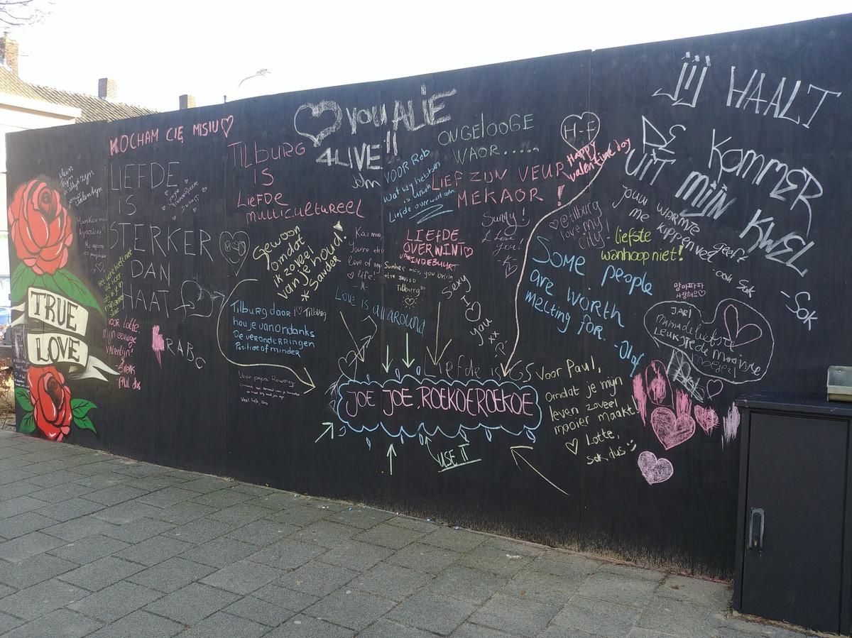 De liefdesmuur aan de Korvelseweg vorig jaar.