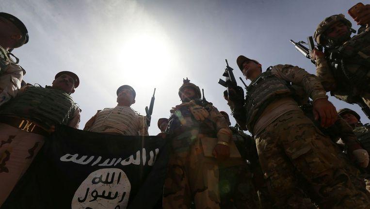 Strijders van het Iraakse leger vierden in april in de het stadje Kharbardan dat ze een vlag van IS hadden buitgemaakt. Beeld afp