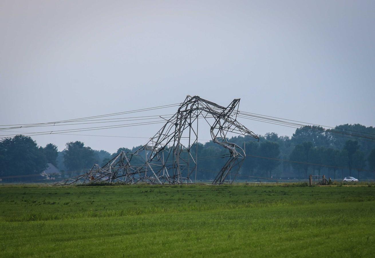 Een van de vier omgewaaide elektriciteitsmasten in Oosterwolde.