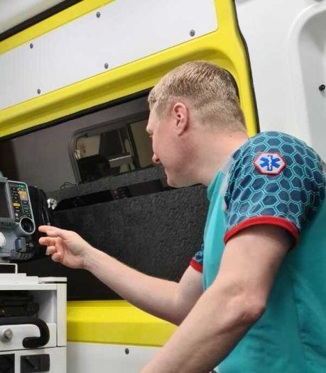 Elbert geeft op TikTok inkijkje in de ambulance: 'Het is aardig ontploft'